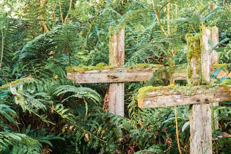 Croix en bois dans le cementery patagonian au Chili, Caleta Tortel mort photographie stock