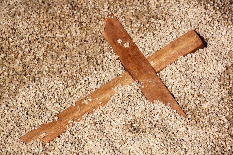Croix en bois de Forgooten sur le fond de texture de sable photographie stock libre de droits