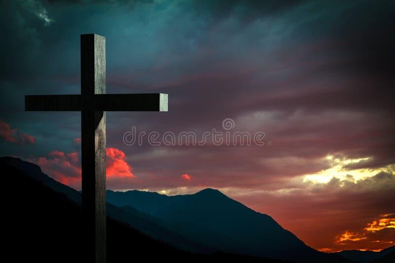 Croix en bois de Jesus Christ sur une scène avec le ciel dramatique et le coucher du soleil coloré, lever de soleil photographie stock libre de droits