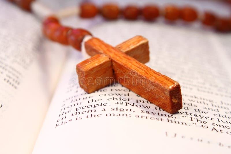 Croix en bois de rosaire sur une bible ouverte photos libres de droits