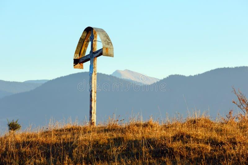 Croix en bois sur la pente d'automne images libres de droits