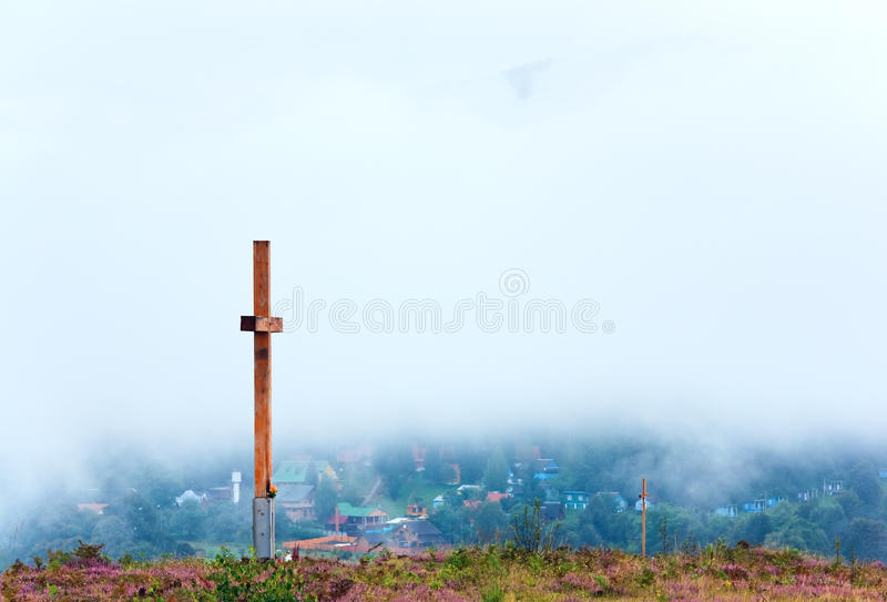 Croix en bois sur le dessus de côte de fleur de bruyère d'été photo libre de droits