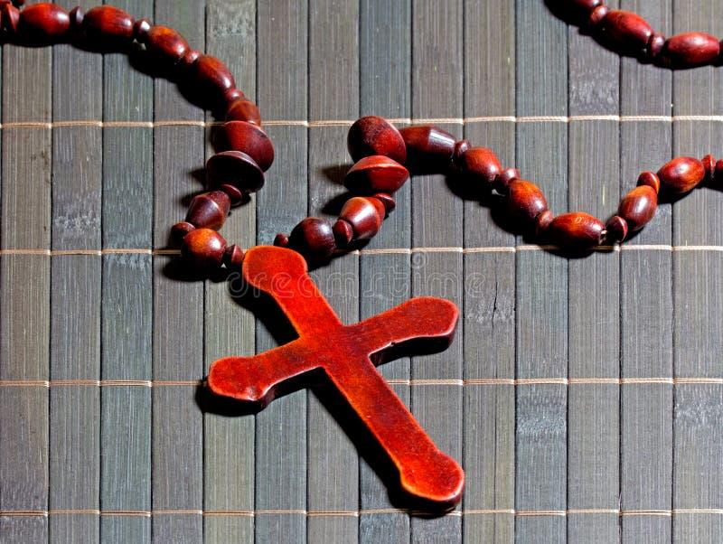 Croix en bois sur un tapis en bambou photo libre de droits