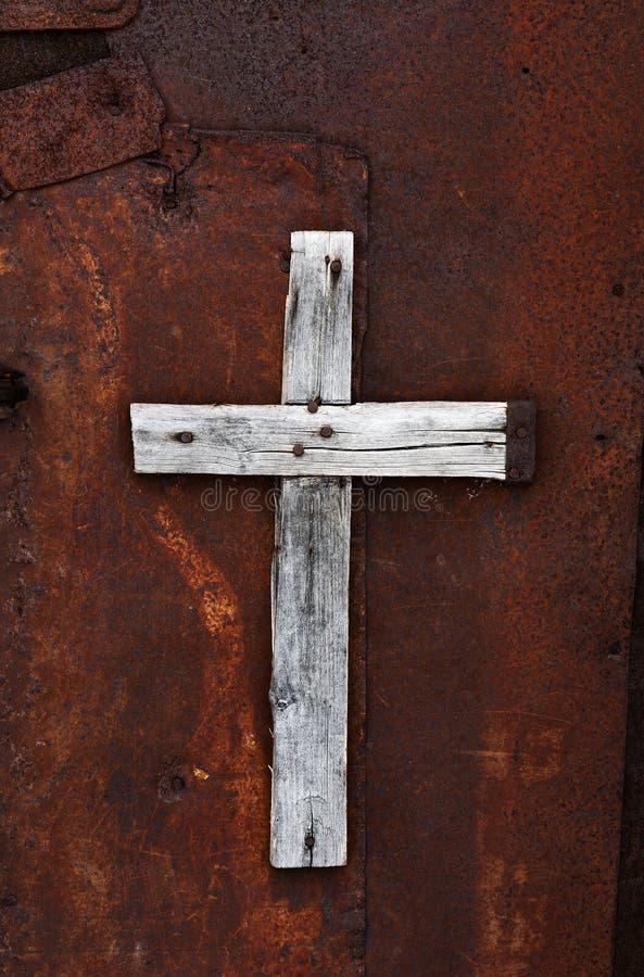Croix en bois sur une porte rouillée images libres de droits