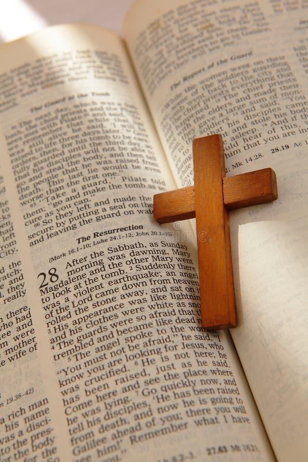 Croix en bois sur une vieille bible photos stock