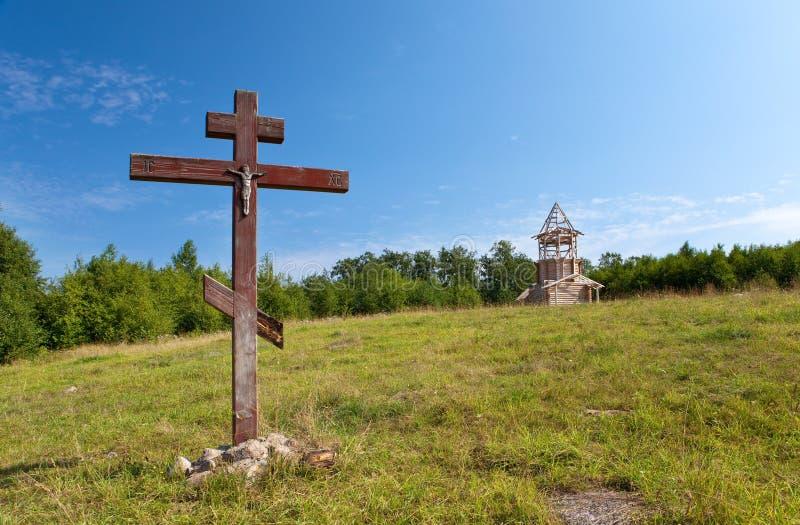 Croix en l'honneur de la base de l'église photographie stock libre de droits