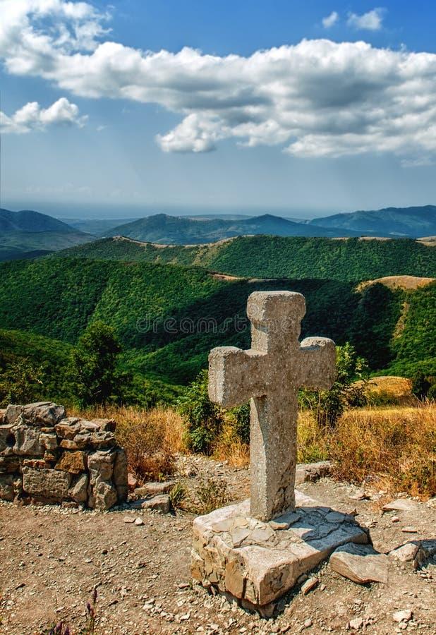 Croix en pierre dans les montagnes de Caucase Mountain View panoramique images libres de droits
