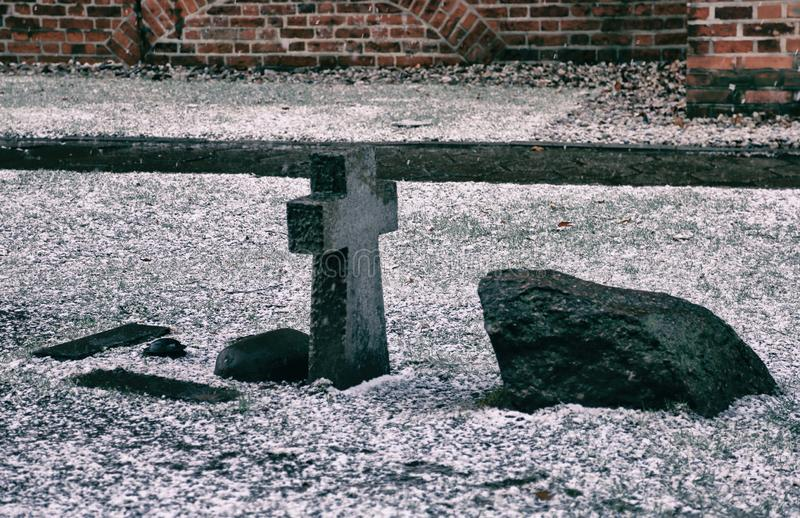 Croix en pierre sur la tombe photos stock