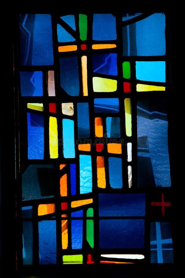 Croix en verre souillé d'hublot photographie stock libre de droits