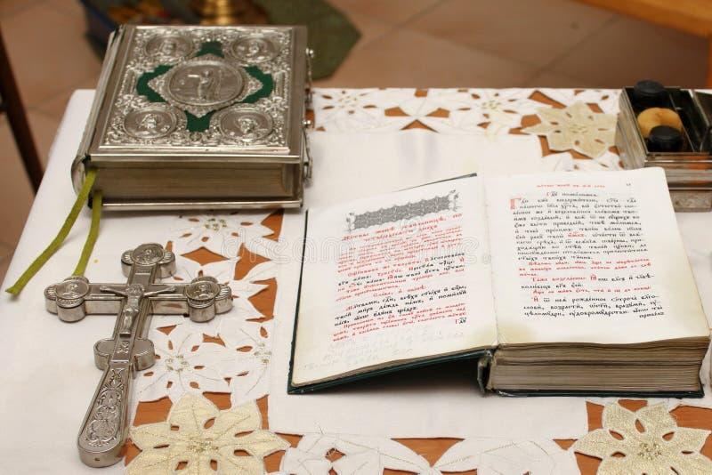 Croix et bible sur la table dans l'église pendant la prière photo stock