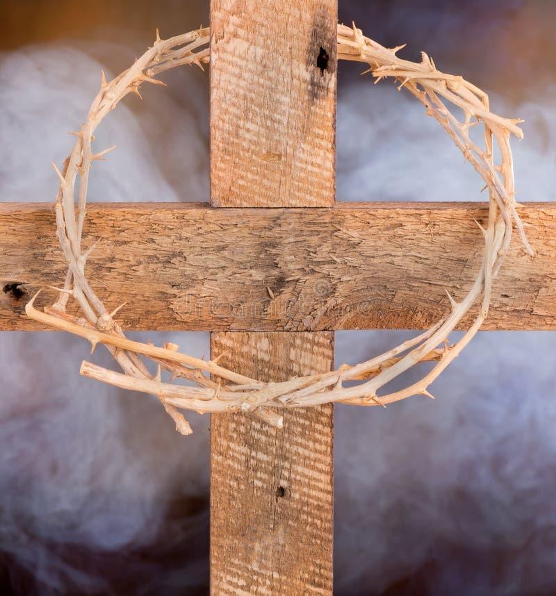 Croix et couronne des épines en bois photos stock
