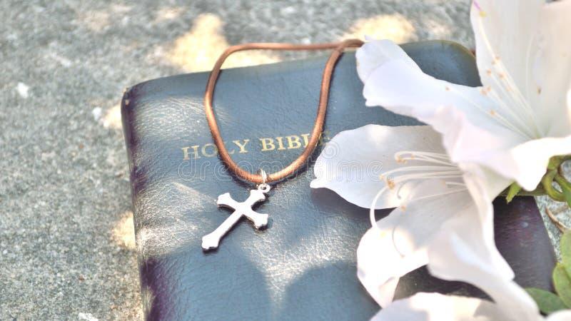 Croix et fond chrétiens de bible images libres de droits