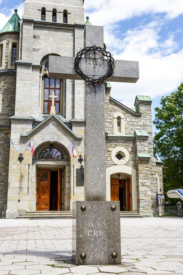 Croix et l'église sainte de famille photo libre de droits