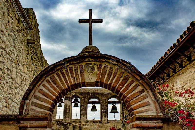 Croix et mission Bells contre un ciel orageux image libre de droits