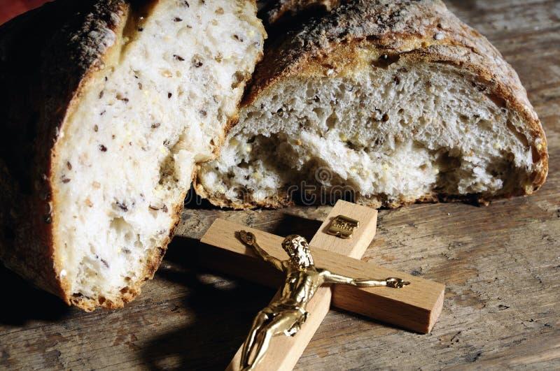 Croix et pain saints image stock