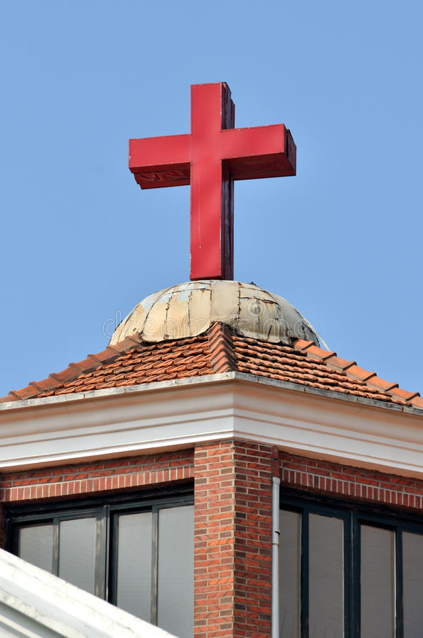 Croix et toit d'une église de Christan images libres de droits