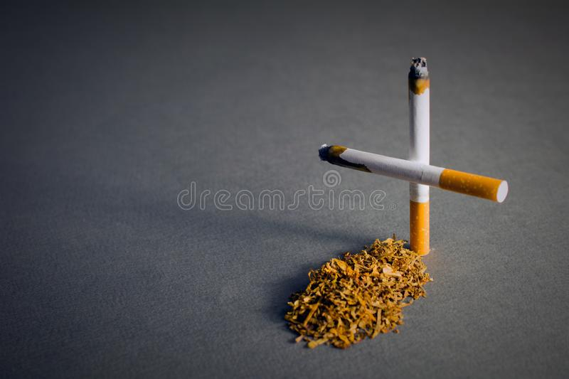 Croix faite de cigarettes br?lantes image libre de droits