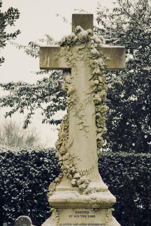 Croix fleurie de cimetière photo libre de droits
