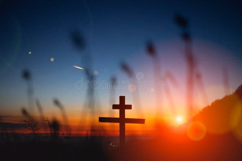 Croix orthodoxe contre le ciel de coucher du soleil Photo de paysage de crépuscule de Beautifuk image libre de droits