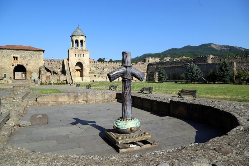 Croix orthodoxe géorgienne sur le fond de la tour de cloche du temple de Svetitskhoveli photographie stock