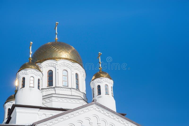 Croix orthodoxes orientales sur le ciel bleu d'againts de coupoles de dômes d'or - église, Khimki, Russie images stock