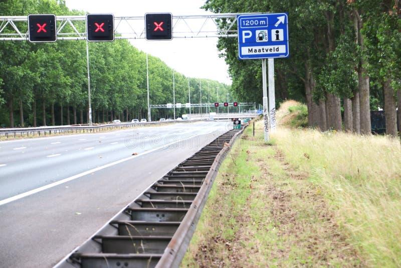 Croix rouge au-dessus des voies de circulation sur l'autoroute A20 qui indique que la voie est fermée à la jonction du parking de images stock