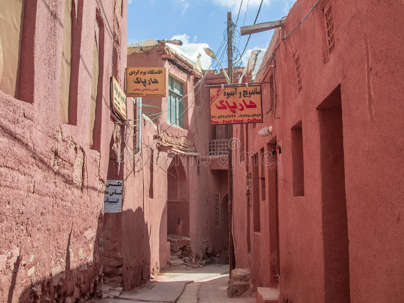 Croix rouge d'allée d'Abyaneh photo stock
