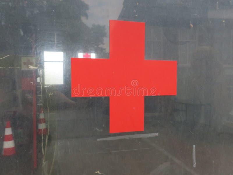Croix-Rouge sur la fenêtre d'un garage photographie stock