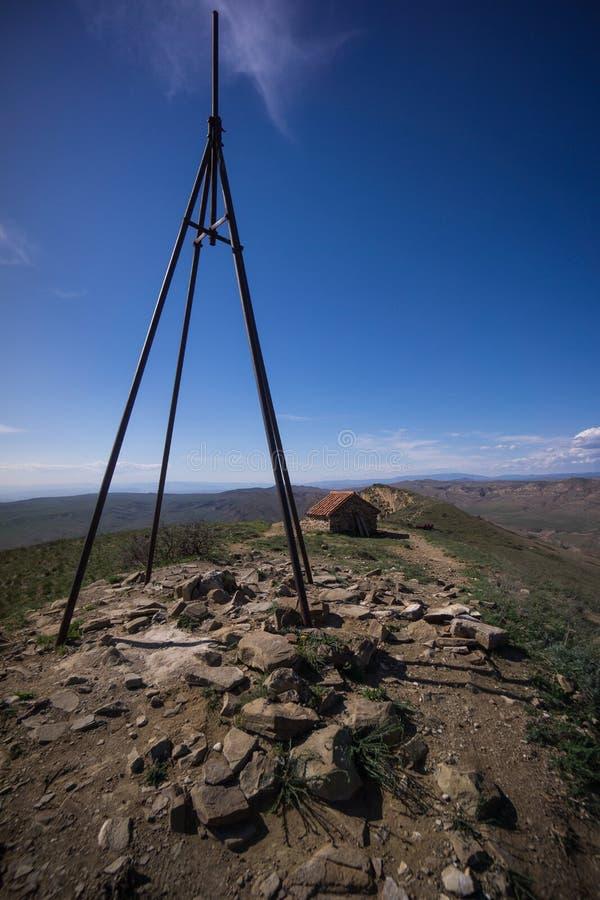 Croix supérieure de colline sur la montagne géorgienne photo stock
