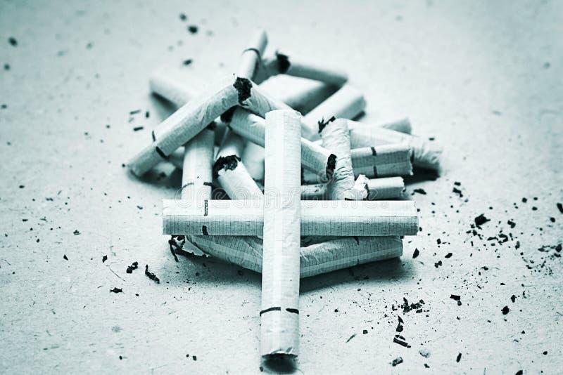 Croix sur des cigarettes photographie stock libre de droits