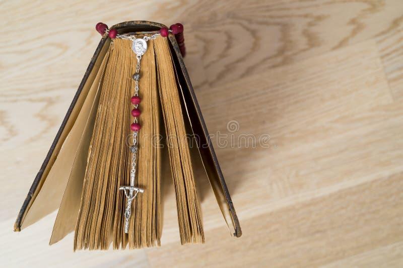Croix sur la bible sur un fond en bois Livre sacr? photo stock