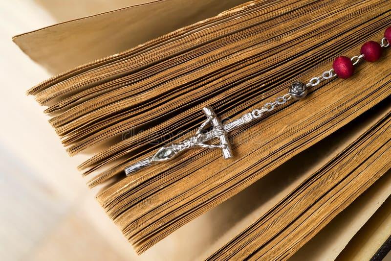 Croix sur la bible sur un fond en bois Livre sacr? photo libre de droits