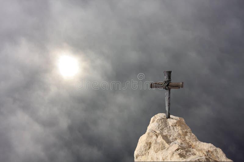 Croix sur la roche photo stock