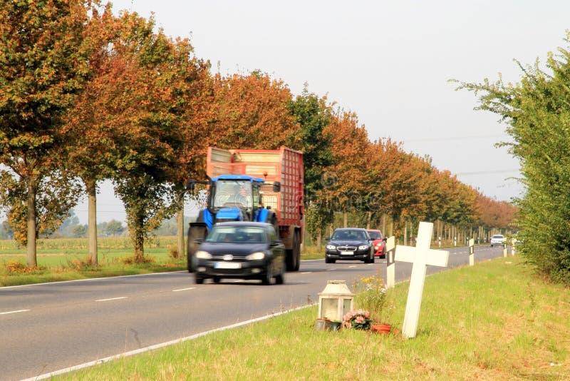 Croix sur le bord de la route à la mémoire d'un accident photos stock