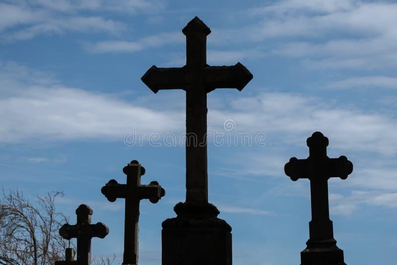 Croix sur le cimetière en silhouette photo stock