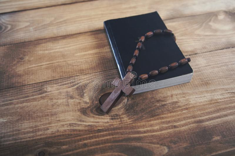 Croix sur le livre photo libre de droits