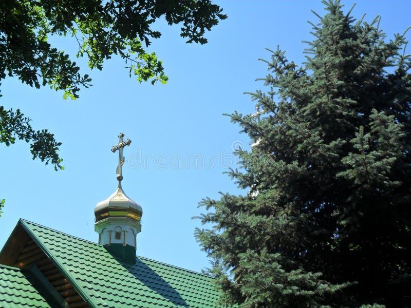 Croix sur le toit d'une église chrétienne photographie stock