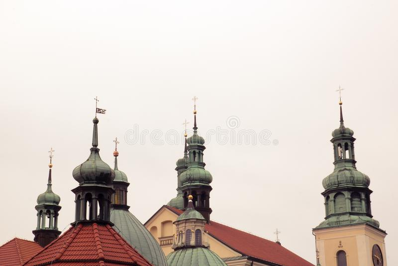 Croix sur les dômes de l'église photos stock