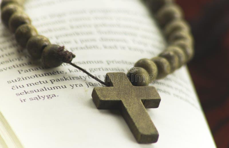 Croix sur un livre photographie stock