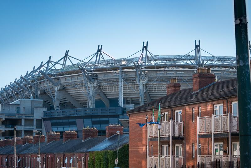 Crokepark GAA/Gaelic Games Stadium in Dublin, achter daken van huizen stock foto