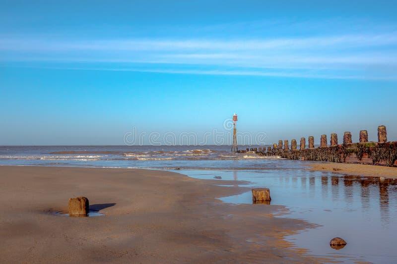 Cromer plaża Groynes na słonecznym dniu fotografia royalty free