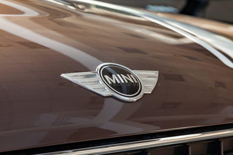 Cromo à moda um logotipo brilhante chapeado do tipo em uma capota luz-refletindo lustrada de um veículo caro com um mini modelo d imagens de stock royalty free