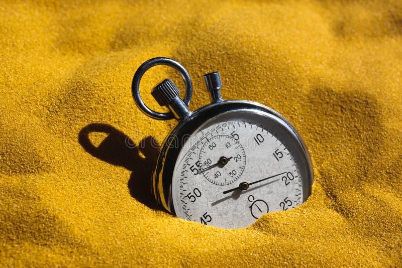 Cronómetro en arena imagen de archivo libre de regalías
