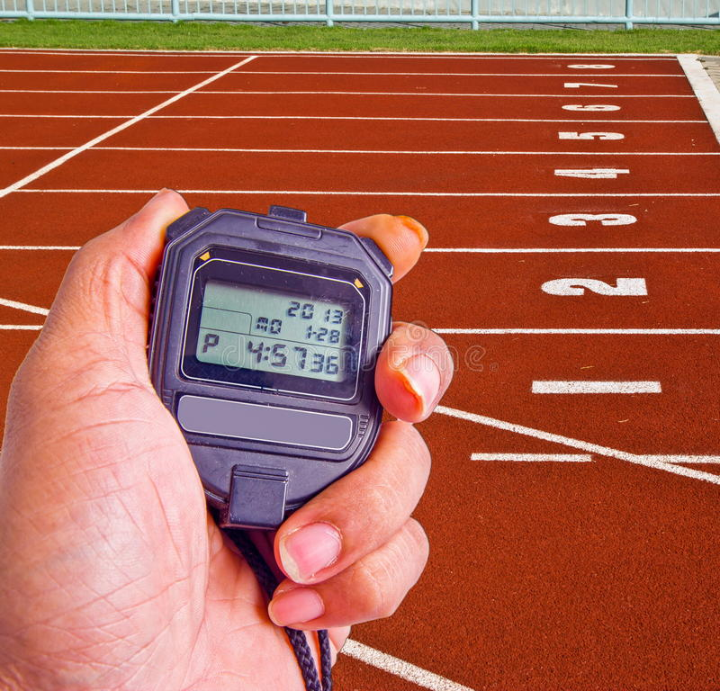 Cronómetro en campo del atletismo imagenes de archivo