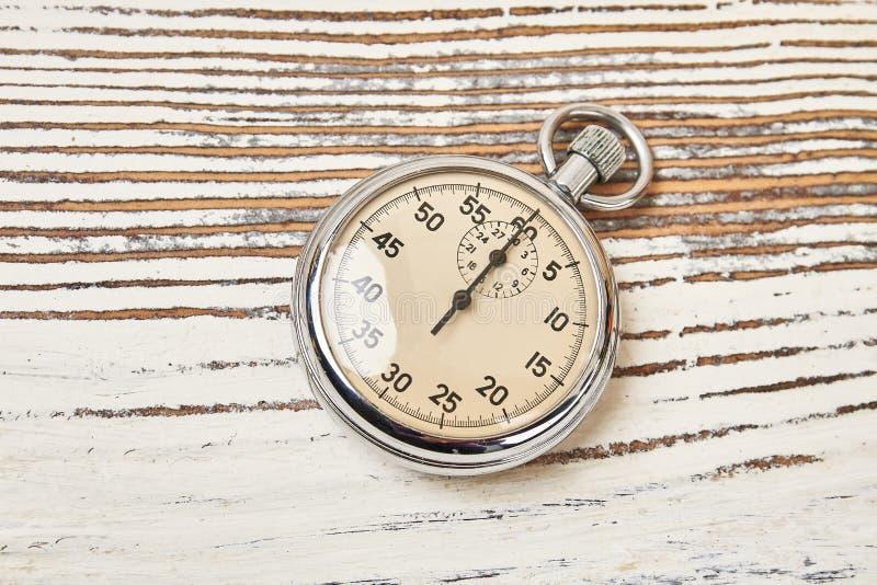 Cronómetro retro en fondo rústico fotos de archivo