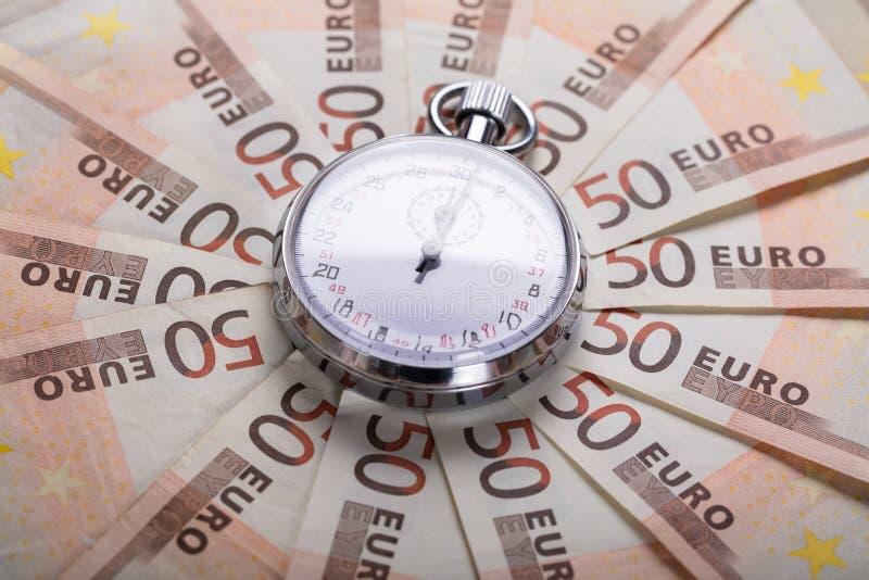 Cronômetro em notas do Euro fotos de stock royalty free