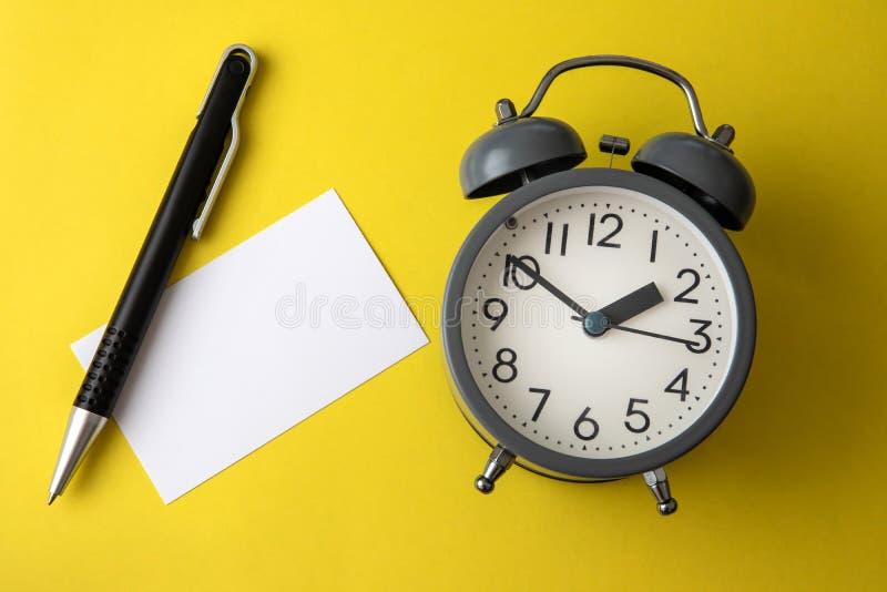 Cronometre o conceito com espaço vazio da cópia da nota do Livro Branco para adicionar o wordi fotografia de stock