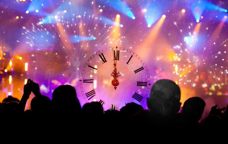 Cronometre perto da meia-noite, e aglomere o ano novo de espera imagem de stock