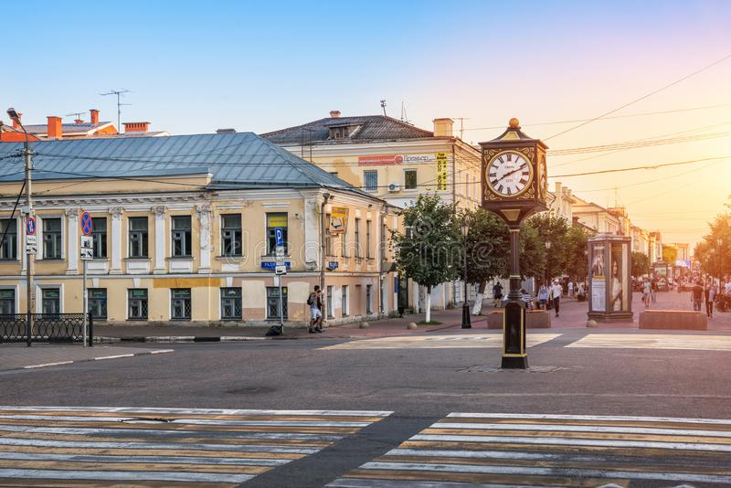 Cronometri su una colonna sulla via di Trehsvyatskaya in Tver' fotografia stock libera da diritti