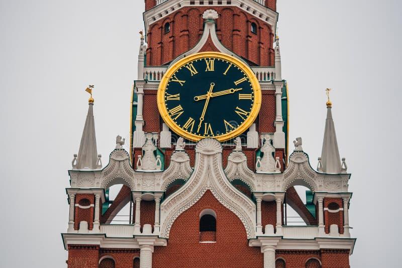 Cronometri sulla torre di Spasskaya in quadrato rosso a Mosca fotografie stock